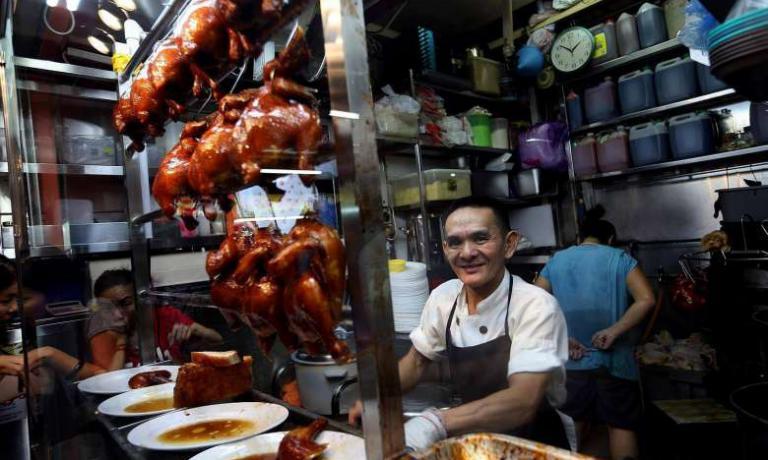 Chan Hon Meng, chef diHong Kong Soya Sauce Chicken Rice & Noodle di Singapore, la stella Michelin più economica al mondo (foto St File)