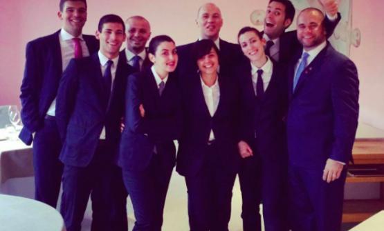Maria Elena ai tempi dell'esperienza al Piazza Duomo di Alba (Cuneo), 3 stelle Michelin. Terzo da sinistra, Vincenzo Donatiello, chef sommelier e direttore di sala