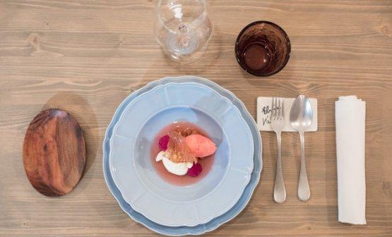Fucsia: rabarbaro al gin, lamponi e mandorle a amare, un dessert già apprezzato alle Giare, il locale di Montiano in cui Gorini si è affermato