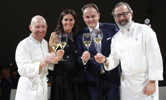 Alfio Ghezzi (Locanda Margon di Trento), Camilla e Matteo Lunelli (Cantine Ferrari) e Norbert Niederkofler (St. Hubertus)brindano al nuovo Perlè Zero a Milano