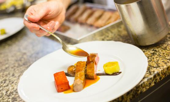 Un piatto di Gagliardi jr:Lombata di manzo,budino di barbabietola rossa, porri e castagne