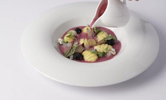 Gnocchi di patate:Patata, fonduta di Parmigiano, Blu e more con tapioca