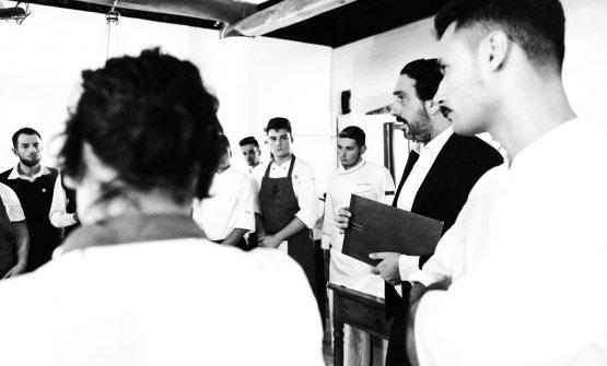 Luca Caruso mentre dà istruzioni alla sua squadra (foto di Stefano Butturini)