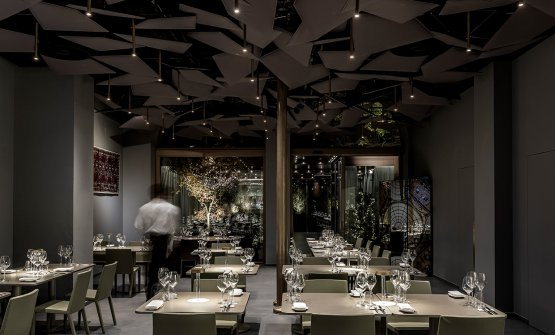 Miss(Omar Carraglia,2006)andTetatetin the dining room of the restaurant in Via Romagnosi 3