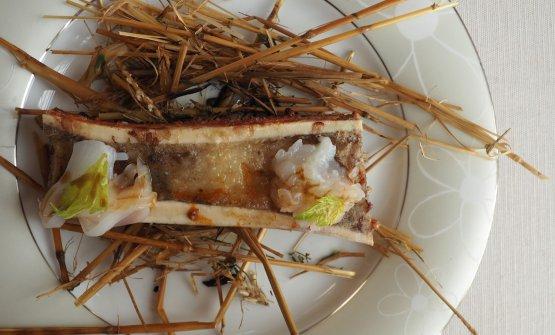 Mari e Monti: ossobuco servito con insalata di mare a base di calamari, battuto di scampi, ricci di mare, sedano marinato ed estratto di rosmarino