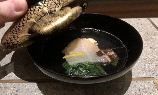 Brodo di cannolicchi edi tonno, miso, polpetta di gambero, spinacino, shiitake, buccia di yuzu: convincentissimo, con il gambero dalla giusta consistenza, lo spinacino a sgrassare insieme allo yuzu