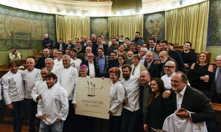 Group photo with the Ambasciatori del Gusto