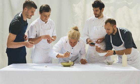 Al centro del team,Ana Roš. Il ristorante Hiša Franko è ricavato nella casa di famigliadel marito Valter Kramar, maitre e sommelier(foto Suzan Gabrijan)