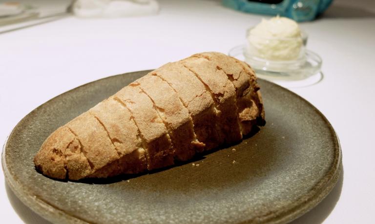 I pani da Pascucci sono straordinari, qui un impasto speciale studiato in collaborazione con Gabriele Bonci, fuori è biscottato, dentro è come unpan brioche. Accompagna burro demi-sel aromatizzato con acciughe e origano, «praticamente insieme fanno un pane-burro-alici»