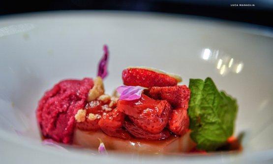 """""""Stra"""" - Berries: bavarese di riso e mandorle tostate con zuppadi fragole macerate e nocciole sabbiate (foto Luca Managlia)"""