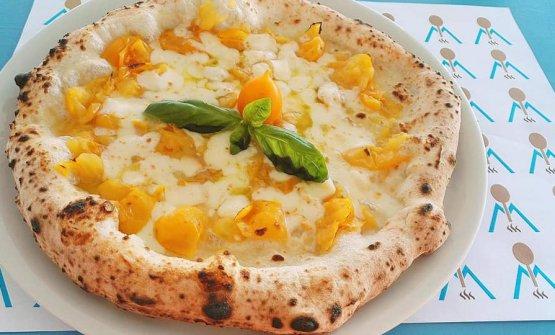 La pizza con pomodori Giagiù, una delle specialità della pizzeria Magma al Sakura Club a Torre del Greco