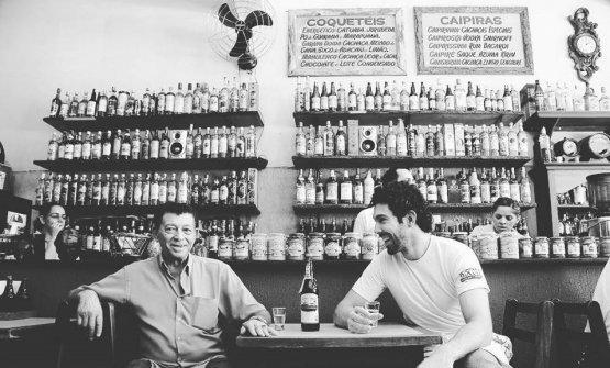 Rodrigo Oliveira con il padre, davanti allo storico bancone del bar