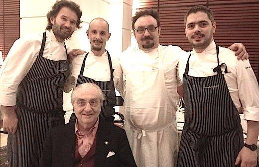 Metti una sera a cena con il Maestro. E' quanto accadde duranteIdentità Golosea Milano, febbraio 2013, quandoCarlo Cracco, a sinistra nella foto, invitò altri due allievi diGualtiero Marchesi,Enrico CrippaePaolo Lopriore. A destraMatteo Baronettoche di lì pochi mesi avrebbe lasciato il ristorante diCraccoper diventare chef alCambiodi Torino