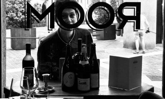 Marika Prina dietro alla vetrina del Finest Wine Room