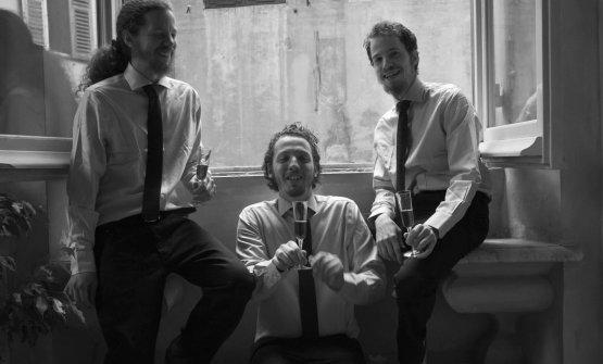 I tre fratelli Abarbanel,Yoelè il primo da destra ed è il più giovane. Gli altri due, Benny e Jonatan, gestiscono Les Rouges - Cucina & Cocktails a Genova