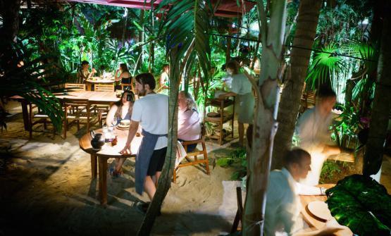 Di spalle, il cuoco danese RenèRedzepi nel nuovo ristorante popup outdoor di Tulum, in Messico. Aperto dal 12 aprile fino al prossimo 28 maggio, è già tutto esaurito. Il menu costa 600 dollari americani a persona più il 16 di tasse e il 9 di servizio(testo e foto di Adam Goldberg/alifewortheating)