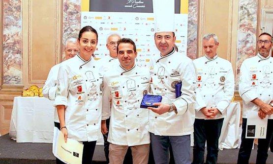 Rocco Scutellà, a destra, premiato per il proprio panettoneal concorsoIl panettone secondo Caracciolo