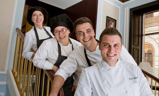 Da destra, lo chef Marco Mannori, il sous chef Simone Maurelli, la pastry chef Elisa Forgione eCaterina Perona, agli antipasti. Sono la brigata del Lino a Pavia