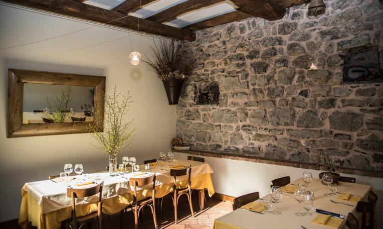 LaTrattoria Dentella (tel.+39.0345 97105), locale storico a conduzione familiare, negli anni ha consolidato una reputazione di luogo del buon mangiare bergamasco