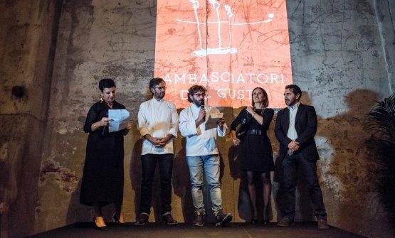 Sul palco, Francesca Barberini, Cesare Battisti e Carlo Cracco con Anna Fratini e Fabio Barbieri, del Centro di Formazione Professionale Alberghiero diAmatrice