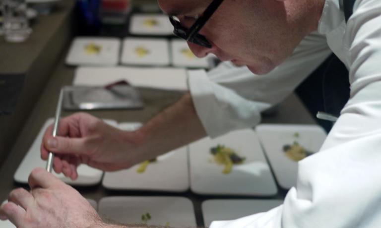 Chele Gonzalez al lavoro su uno dei piatti del suo�gourmet restaurant a Manila Gallery Vask. E' il suo ristorante dei sogni, ma non � l'unico che ha aperto nella capitale delle Filippine. Il Vask � invece un moderno tapas bar, l'ArroZeria un locale pi� semplice e popolare dedicato alla ricerca sul riso