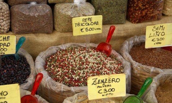 """La miscela battezzata """"pepe tricolore"""" (con i colori della bandiera italiana) in vendita al mercato di Ortigia (Siracusa)"""