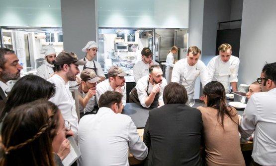Riunione dei due chef ospiti con brigata e staff di Identità Golose Milano