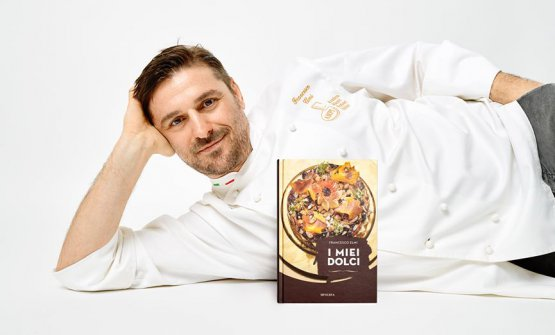 Francesco Elmi col suo libro I miei dolci, edito d