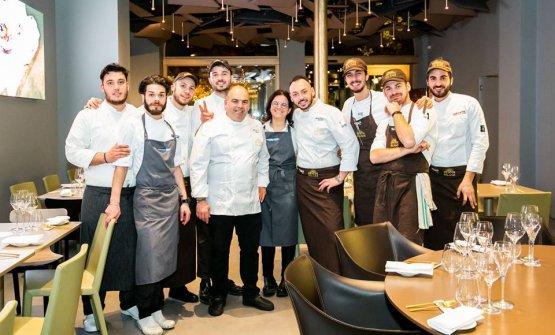 Mariella Caputo, al centro, tra il fratello Alfonso e il resident chef di Identità Golose Milano, Alessandro Rinaldi. Intorno a loro, la brigata di via Romagnosi