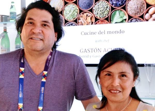 Acurio con una sua connazionale ammiratrice, giovedì a Identità Expo