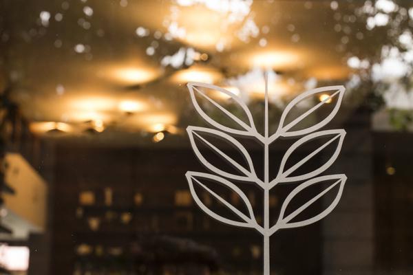 Una pianta di cacao, stilizzata, è il logo del ristorante Alto