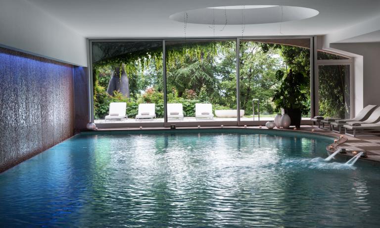 L'ampia Spa include una piscina connuoto controcorrente e vari tipi di idromassaggio