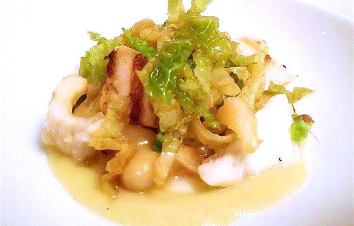 """La """"cassoeula"""" di pesce: zuppa di fagioli, spigola, trippa di coda di rospo, salsiccia di calamaro e verza"""