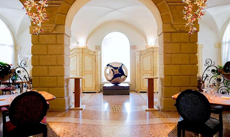 Una scultura di Arnaldo Pomodoro al centro della sala dell'Amistà 33