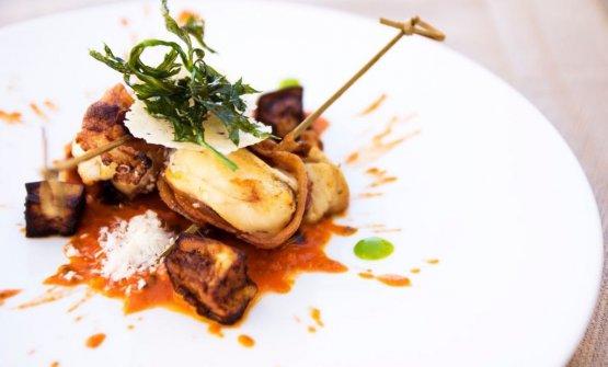 Calmato rais: riccioli di calamaro con salsa alla norma, scaglie di ricotta salata e melanzane
