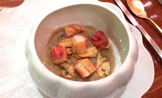 Zuppa di cipolle, king crab, porcini e semi di zucca