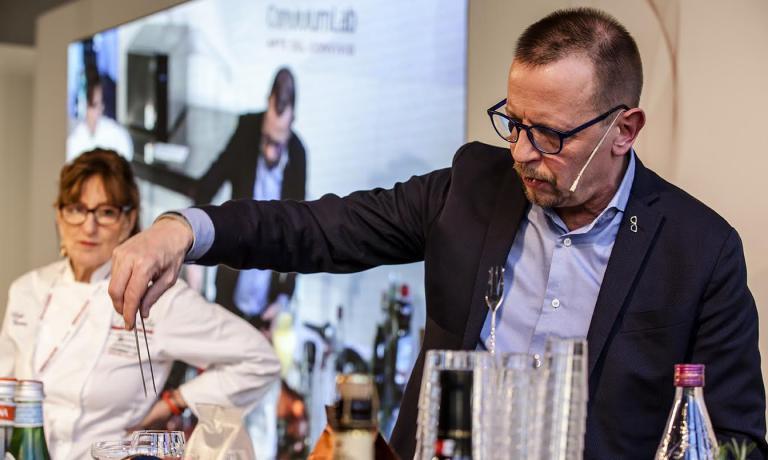 Il barman Fabiano Omodeo, in primo piano, e la coordinatrice di Convivium Lab - Arte del ConvivioLola Torres