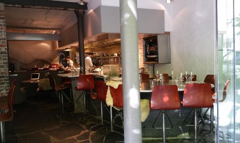 L'interno di Table è occupato da un sinuoso piano d'appoggio che come una lunga lingua si snoda avvolgente nella sala da pranzo per sfociare sulla cucina a vista