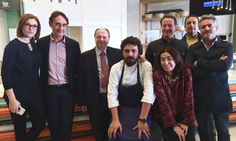 Nella foto si riconoscono, da sinistra, Eleonora Cozzella, Piero Gabrieli, Enzo Vizzari, Piergiorgio Parini e Chiara Quaglia