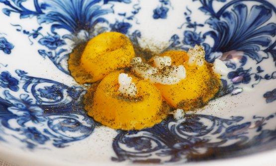 Pasta in bianco al contrario: ravioli ripieni di olio evo e parmigiano conditi con polvere di cavolo nero essiccato e seppioline saltate in padella