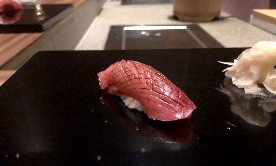 Sushi di tonno. Lo chef utilizza la parte semigrassa vicina alla ventresca, appena sotto alla pelle. Il condimento è una salsa di soia speciale, a doppia fermentazione. Golosissimo, carnoso, anzi carnale