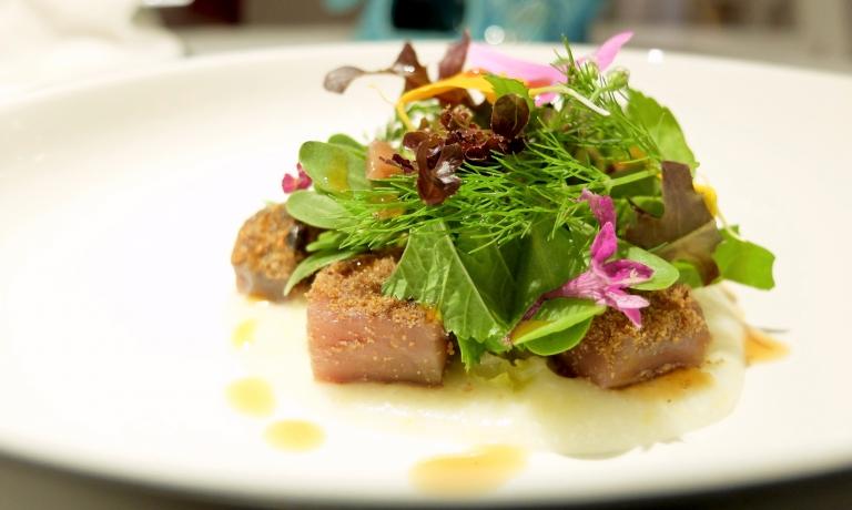 Tonno rosso del Mediterraneo in misticanza aromatica. Il tonno è marinato con la sua bottarga, quindi acciughe e polentina bianca. Altro gran piatto
