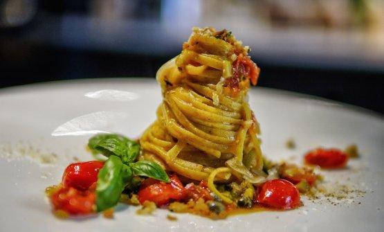 Tagliolino artigianale saltato con pomodorini secchi, capperi, origano, mollica tostata e crema di zucchine