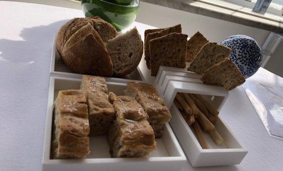 Nel puzzle dei pani, spiccano una focaccia con olio extravergine e una pagnotta di pane toscano sciapo da grani antichi
