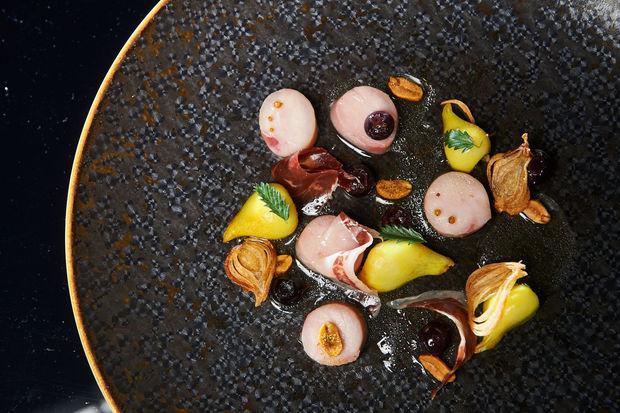 Carmagnola grey rabbit in tom kha flavour, tulips and Vesuvian tomato boullion: èil piatto col quale Miacola ha vinto le selezioni del Benelux della S. Pellegrino Young Chef 2016, aggiudicandosi il diritto di partecipare alle finali milanesi del 13 e 14 ottobre
