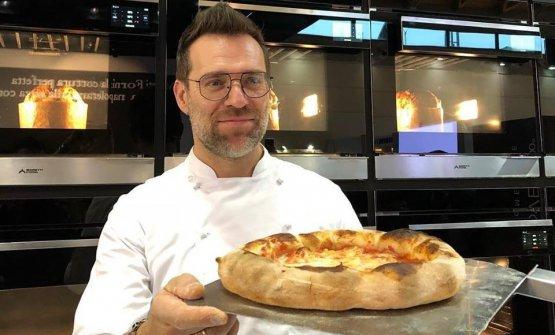 """Renato Bosco con la sua pizza """"a canotto"""" cotta nel Proven Moretti Forni"""