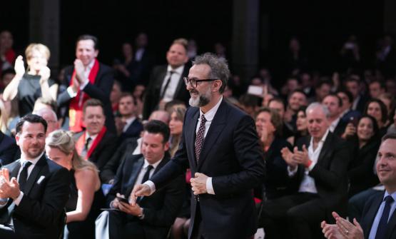 Massimo Bottura sorride mentre mercoledì 5 aprile sale sul palco dei 50 Best a Melbourne per ritirare, secondo assoluto al mondo, il premio come migliore ristoratore d'Europa. Copyright The World's 50 Best Restaurants