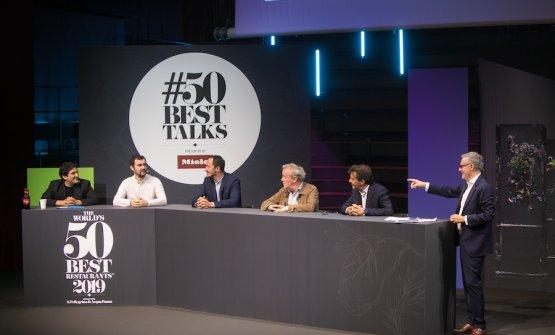 I protagonisti del dibattito sull'evoluzione dell'identità della gastronomia francese. Da sinistra Mauro Colagreco, Bertrand Grebaut, Romain Meder, Alain Passard e Yannick Alleno. Moderatore Eric Brunet