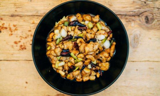 Pollo kongpao, bocconcini di pollo con anacardi in salsa agrodolce e pepe del Sichuan