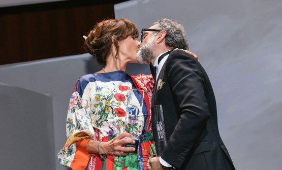 Bacio sul palco tra Massimo Bottura e la moglieL